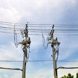 Polos y alambres de telégrafo contra un fondo del cielo azul fotos de archivo
