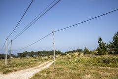 Polos y líneas de la electricidad en el paisaje portugués Imágenes de archivo libres de regalías