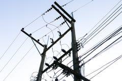 Polos y líneas eléctricas de poder Foto de archivo