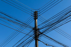 Polos y líneas eléctricas de poder Imágenes de archivo libres de regalías