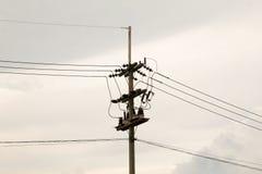 Polos y líneas eléctricas de poder Fotografía de archivo