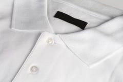 Poloshirt bianco con il contrassegno nero in bianco Immagine Stock
