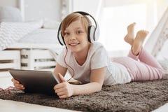 Polotne radosne dziecka dopatrywania kreskówki Zdjęcie Royalty Free
