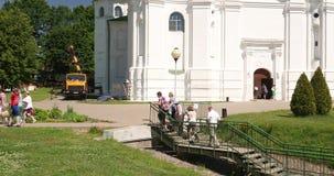 Polotsk, Weißrussland Leute-kletternde Treppe nähert sich heiliger Klugheit Heilig-Sophia Cathedral Or Cathedral Ofs im Sommer Su stock video footage
