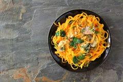 A polpa de butternut saudável spirilized o prato do macarronete, acima no fundo escuro Foto de Stock