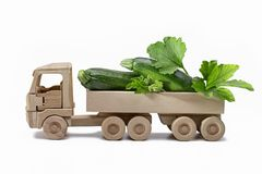Polpa fresca do abobrinha dois com as folhas no caminhão de madeira imagens de stock
