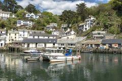 Polperro Cornwall England am 15. Mai 2016: Eine schöne Ansicht von einem der malerischsten Fischerdörfer von Cornwall: Polperro stockbild