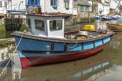 Polperro Cornwall England am 15. Mai 2016: Eine schöne Ansicht von einem der malerischsten Fischerdörfer von Cornwall: Polperro lizenzfreies stockbild