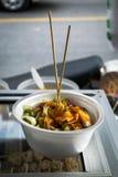 Polpetta arrostita con salsa piccante dolce in tazze della schiuma di stirolo Immagini Stock