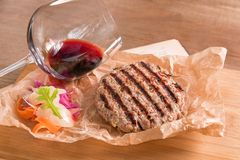 Polpetta casalinga della carne di maiale con vetro di vino rosso fotografia stock