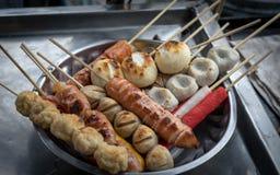 Polpetta e salsiccia tailandesi con il bastone di bambù in piatto Immagini Stock