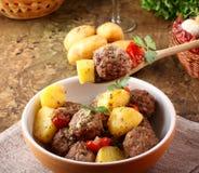 Polpette con la salsa di pomodori con le patate in brodo Immagini Stock Libere da Diritti