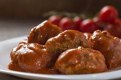Polpette con salsa al pomodoro sul piatto Immagini Stock Libere da Diritti