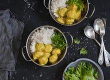 Polpette del pollo in salsa e riso di curry sulla tavola scura Immagini Stock Libere da Diritti