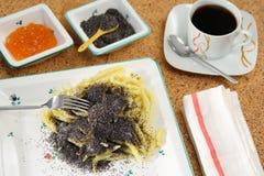 Polpette del seme di papavero con una tazza di caffè Fotografie Stock Libere da Diritti