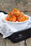 Polpette della carne di maiale con riso, le carote, i piselli e la salsa rossa su una tavola di legno Immagini Stock