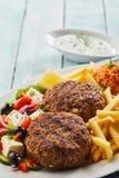 Polpette greche arrostite piccanti di bifteki fotografie stock