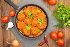 Polpette in salsa al pomodoro agrodolce nella pentola Priorità bassa di legno Primo piano Immagini Stock