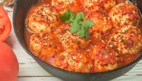Polpette in salsa al pomodoro con le spezie e l'aglio Fotografia Stock