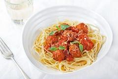 Polpette in salsa al pomodoro ed in basilico fresco con gli spaghetti su un piatto bianco Immagini Stock Libere da Diritti