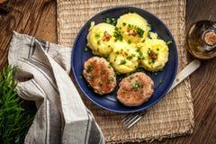 Polpette servite con le patate bollite Fotografia Stock