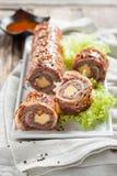 Polpettone con formaggio avvolto in bacon sushi del bacon fotografia stock