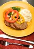 Polpettone con i potates ed il broccolo schiacciati Fotografie Stock