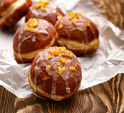Polscy donuts z lodowacenie cukierem i pomarańczowym zapałem Obrazy Stock
