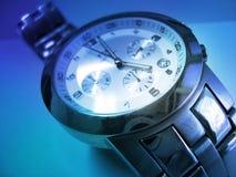 Polshorloge in Blauw - de Tijd is Geld Royalty-vrije Stock Afbeelding