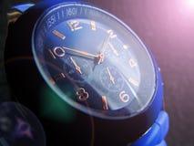 Polshorloge van blauw kleurenclose-up op een grijze achtergrond royalty-vrije stock afbeeldingen
