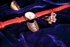 Polshorloge van de close-up het klassieke vrouw met leerarmband Royalty-vrije Stock Foto's