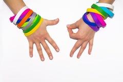 Polsini di gomma in bianco sul braccio del polso Mano sociale rotonda di usura del braccialetto di modo del silicone Banda di uni fotografia stock