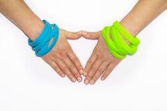 Polsini di gomma in bianco sul braccio del polso Mano sociale rotonda di usura del braccialetto di modo del silicone Banda di uni fotografie stock libere da diritti