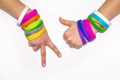 Polsini di gomma in bianco sul braccio del polso Mano sociale rotonda di usura del braccialetto di modo del silicone Banda di uni immagine stock