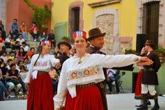 Polsk dansgrupp på den kulturella festivalen Arkivbild