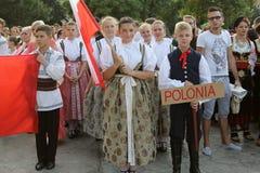 Polsk grupp av dansare i traditionella dräkter på den internationella folklorefestivalen för barn och guld- fisk för ungdom Royaltyfria Bilder