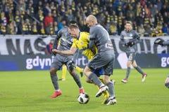Polsk liga för fotboll, våldsam strid för bollen Pazdan vs den Siemaszko kampen för bollen! Arkivbilder