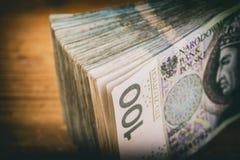 Polsk valuta PLN, pengar Spara rulle av sedlar av 100 PLN P Arkivbild