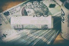 Polsk valuta PLN, pengar Spara rulle av sedlar av 100 PLN P Arkivfoto