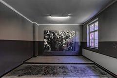 Polska Auschswitz 19-September 2018 Widok odnawiący pokój w jeden koszary Auschwitz muzeum, w którym ampuły pic zdjęcia stock