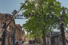 Polska Auschwitz 19-September -2018 widok żelazna brama wejście z szyldowym ` arbeit macht frei od koncentraci c, obrazy stock