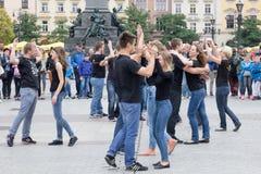 POLSKA, KRAKOW 02,09,2017 młodzi dziewczyn i chłopiec tanczy w sq fotografia royalty free