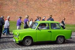 POLSKA KRAKOW, MAJ, - 27, 2016: Legendarny samochodowy gatunek Trabant na ulicach Krakow obraz stock