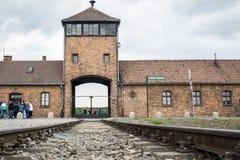Polska Krakow - 08 05 2015 - Sztachetowy wejście koncentracyjny obóz Auschwitz Birkenau KZ Polska Zdjęcia Stock