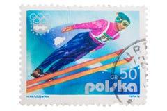 POLSKA - OKOŁO 1976: poczta znaczek drukujący w przedstawienie narty ju Fotografia Stock