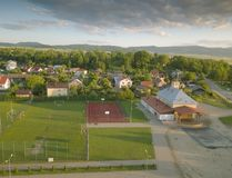 Polska Panorama miasteczko od ptasiego ` s oka widoku Panoramiczny obrazek od quadrocopter lub trutnia Lokacja furtian brygada zdjęcie stock