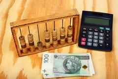 Polska pengar, räknemaskin och gammal kulram royaltyfri fotografi