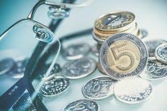 Polska valutamynt och exponeringsglas Fem Zlotymynt Arkivbild