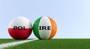 Polska vs Irlandia mecz piłkarski - piłek nożnych piłki w Polska i Irlandia krajowych kolorach na boisko do piłki nożnej Zdjęcie Stock