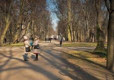 Polska, Warszawa -, Luty 2016 Piechurzy w parku Obraz Royalty Free